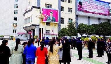 甘南舟曲县群众在老城区青峰广场收看十九大
