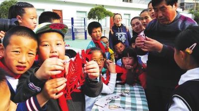 兰州城关区平凉路小学举办传承纸文化非物质遗产活动(图)
