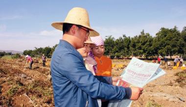 定西陇西县通安驿镇农民通过报纸了解十九大政策信息