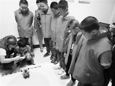 兰州耿家庄社区机器人科普讲座乐了孩子们
