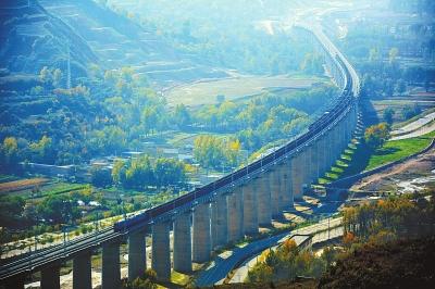 图说甘肃|两列火车在兰渝铁路渭源站附近相向而行