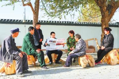 甘肃:驻村干部为党员群众宣传讲解党的十九大精神
