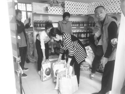 兰州渭源路街道组织的第四次慈善超市救助活动(图)