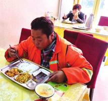 小厨有大爱 5元管吃饱 兰州雁滩一餐馆为老年人、环卫工和残疾人推出爱心餐