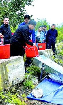 甘南舟曲大立节水电站在电站库区举行首次增殖放流活动