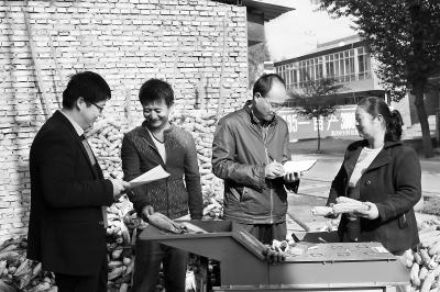 定西临洮县专项检查组人员走访群众 了解惠农政策落实情况(图)