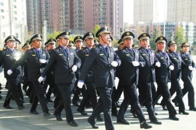 兰州市红古区城管执法人员换穿新制服(图)