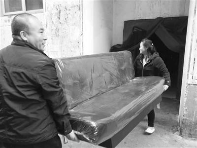 兰州热心男子捐赠新沙发床低保户家庭寒冬沐温暖