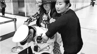 妇女重病来兰救治 河北交警一路开道送医(图)