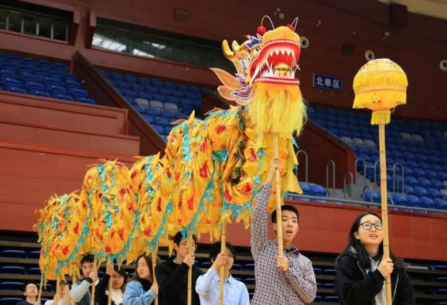 浙江大学开设舞龙舞狮课 上百位学生报名选修 (组图)