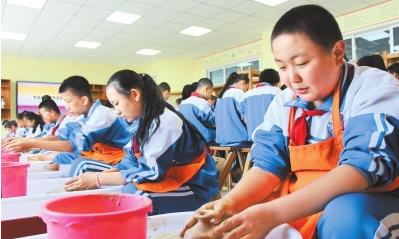 酒泉市北苑学校学生学习制陶(图)