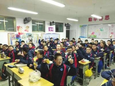 """兰州十九中下沟校区七年级6班迎来首个""""爱心早餐日"""""""
