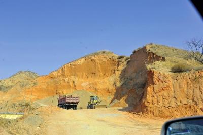 兰州皋兰县天斧沙宫景区内又有人挖砂 相关部门紧急行动多处非法采砂点被查封