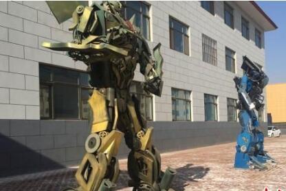 """兰州废旧汽车家电边角余料""""变身""""4米高机器人"""