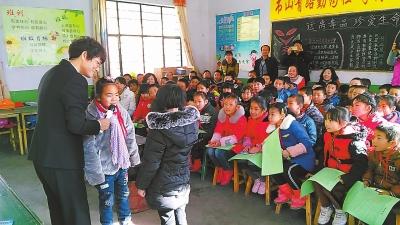 白银市平川区法律服务志愿者在种田乡中心小学开展普法、禁毒宣传活动