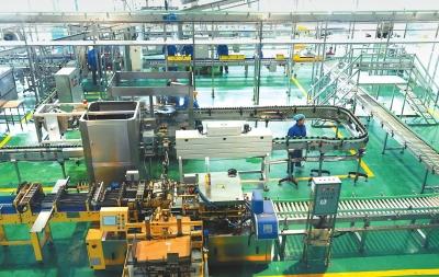 临夏州和政县八八啤特果集团正在进行生产