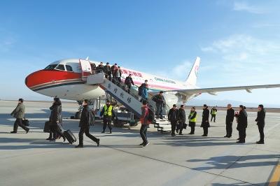 东航MU2215航班平稳降落在敦煌机场(图)
