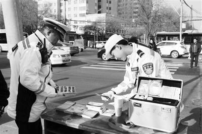 兰州市七里河交警大队开展安全行车宣传活动(图)