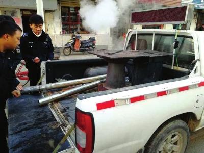 兰州雁南街道多部门联合滩尖子村社区4台冒烟小煤炉被收缴