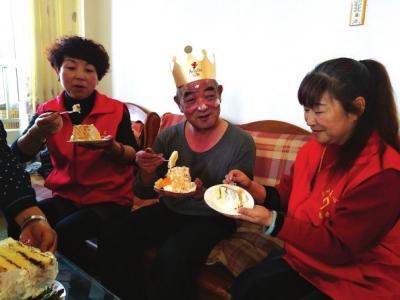 兰州爱心公益志愿者为残疾孤寡老人过生日
