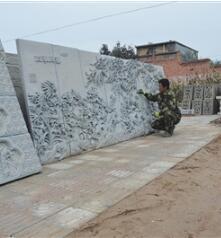 临夏州临夏县砖雕工人对水泥雕刻产品进行精细化处理