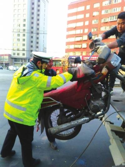 兰州龚家湾交警开展集中整治 暂扣5辆摩托车