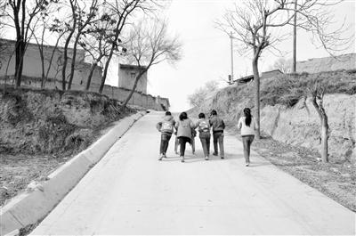 定西通渭县榜罗镇闫湾村:姐姐瘫痪坐轮椅 弟妹推着去上学