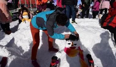 甘肃祁连山下迎来滑雪季 民众尽享冬日乐趣