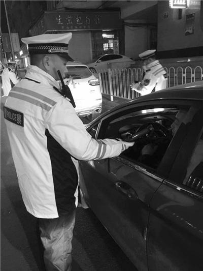 兰州河北交警大队夜查交通违法行为(图)