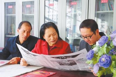 庆阳市西峰区九龙北路社区居民在图书室学习十九大精神