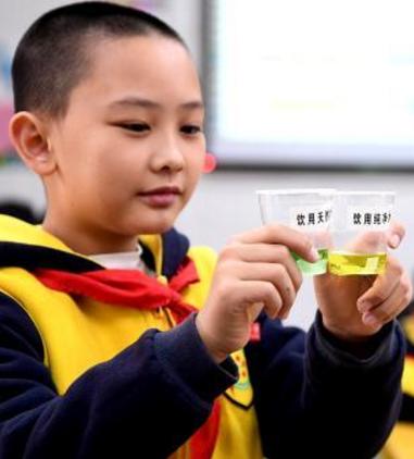 环保志愿者进课堂 向小学生传播节水爱水理念