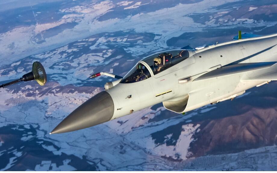 画面震撼!我空军多机型大机群空中加油