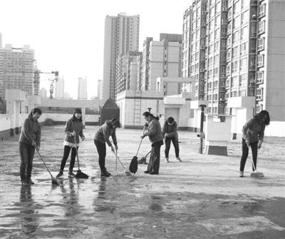 兰州先锋路街道文化社区联合辖区单位开展全民洗城活动