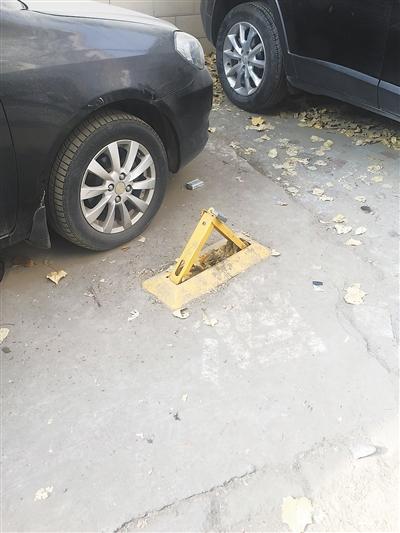 兰州市民反映:业主私装地锁占车位 居民夜晚回家停车难