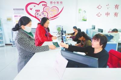 酒泉市肃州区飞天路社区工作人员为居民办理相关业务