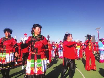 """让脱贫后的农民在文化上富裕起来 兰州永登龙泉村大妈们跳起""""开年舞"""""""