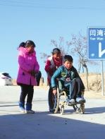 弟弟妹妹精心照顾残疾姐姐 定西渭源孝心之家有两个美德少年