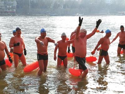 兰州市民健身迎新年 冬泳爱好者畅游黄河(图)