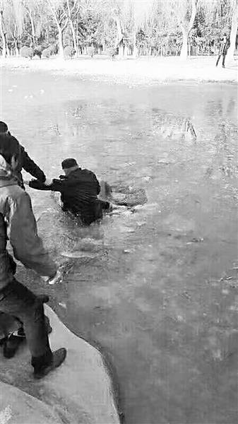 暖心!金昌一六岁娃掉入冰窟 警民联手救援脱险(图)