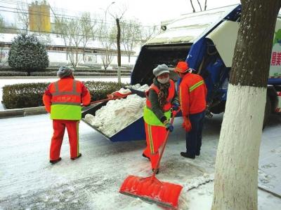 兰州西固区环卫工人扫雪除冰(图)