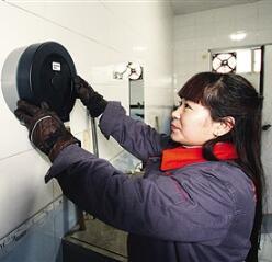 兰州城区内十所公厕投放免费厕纸