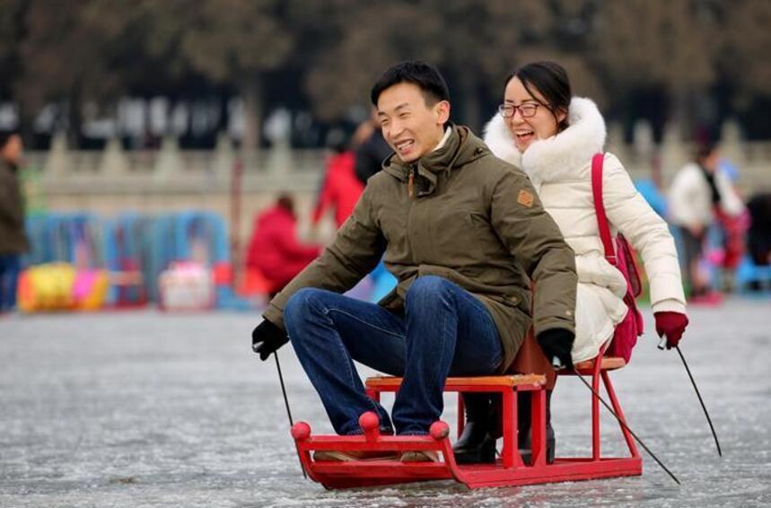 北京:颐和园里滑冰乐