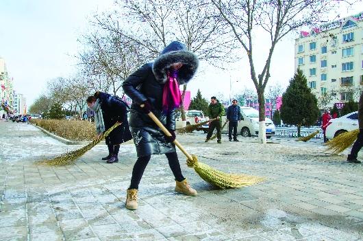 酒泉日报社干部职工清扫积雪(图)