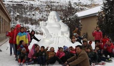 """甘肃黄土高原乡村学校师生共堆雪雕""""乐在雪中"""""""