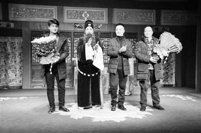 著名须生王鸿斌 师带徒折子戏专场受戏迷热捧(图)