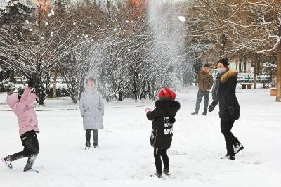 陇中大地普降瑞雪 给孩子们带来玩雪的快乐(图)