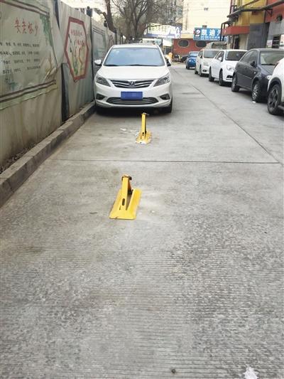 兰州市民反映:有人私设地锁 其他居民眼瞅空位难停车