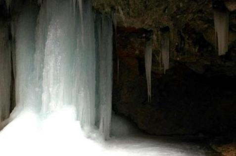 甘肃漳县冰瀑形态各异 成冬日美景