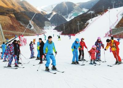 临夏州永靖县凤凰岭滑雪场吸引了众多游客体验乐趣(图)