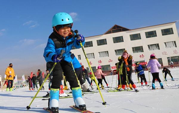 山丹:群众滑雪催热夏季旅游
